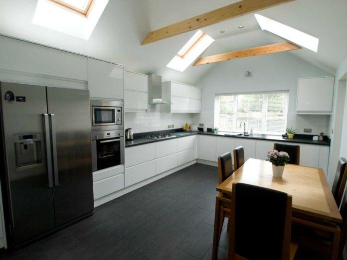Des fenêtres de toit pour éclairer davantage la cuisine.