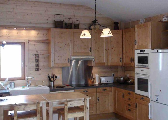 Elle est très charmante cette cuisine en bois de style chalet montagnard. On adore et on adhère!