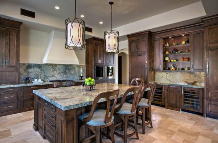 Cuisine en bois et en marbre, à l'ambiance rustique comme on l'aime.