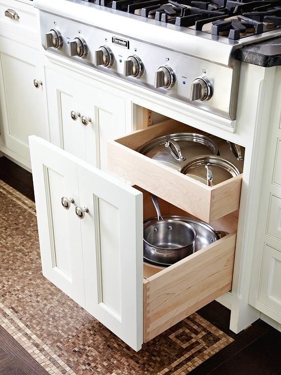 Placer des étagères dans le placard permet d'optimiser les espaces.