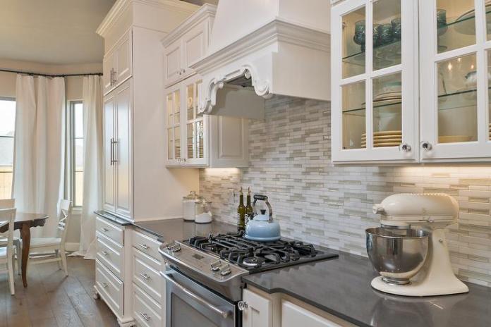 cuisine contemporaine en bois et laqué blanc.