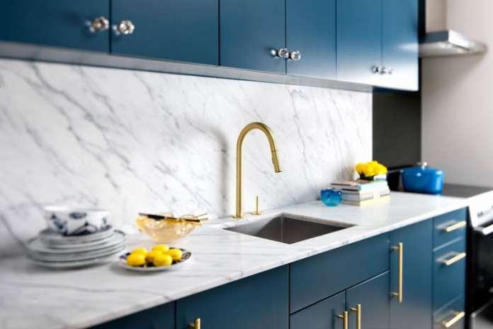Une autre d'aménagement d'une cuisine design avec de la pierre apparente.
