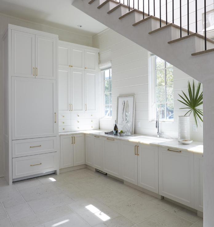 Petite cuisine ouverte aménagée sous l'escalier.