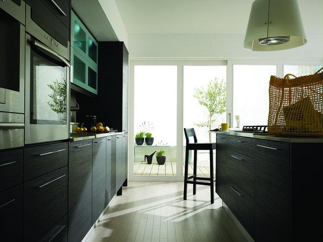 cuisine noire en bois de style moderne. Impression d'un revêtement en carbone
