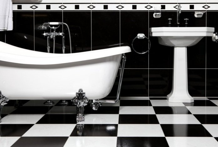 Une salle bain rétro avec un noire blanc classique. Source : designmag.fr
