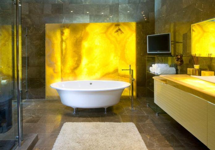 salle de bain jaune doré
