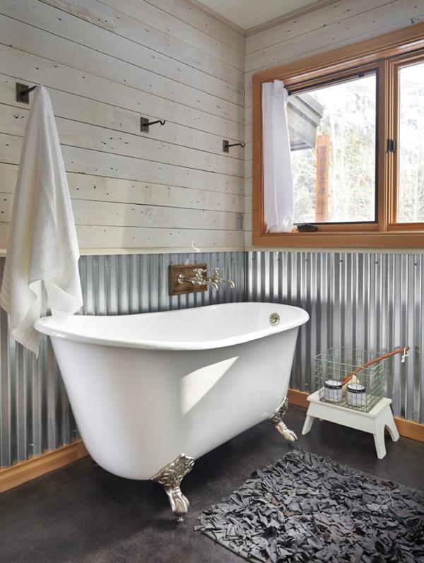 salle-de-bain-rustique-traditionnelle-avec-baignoire-sabot