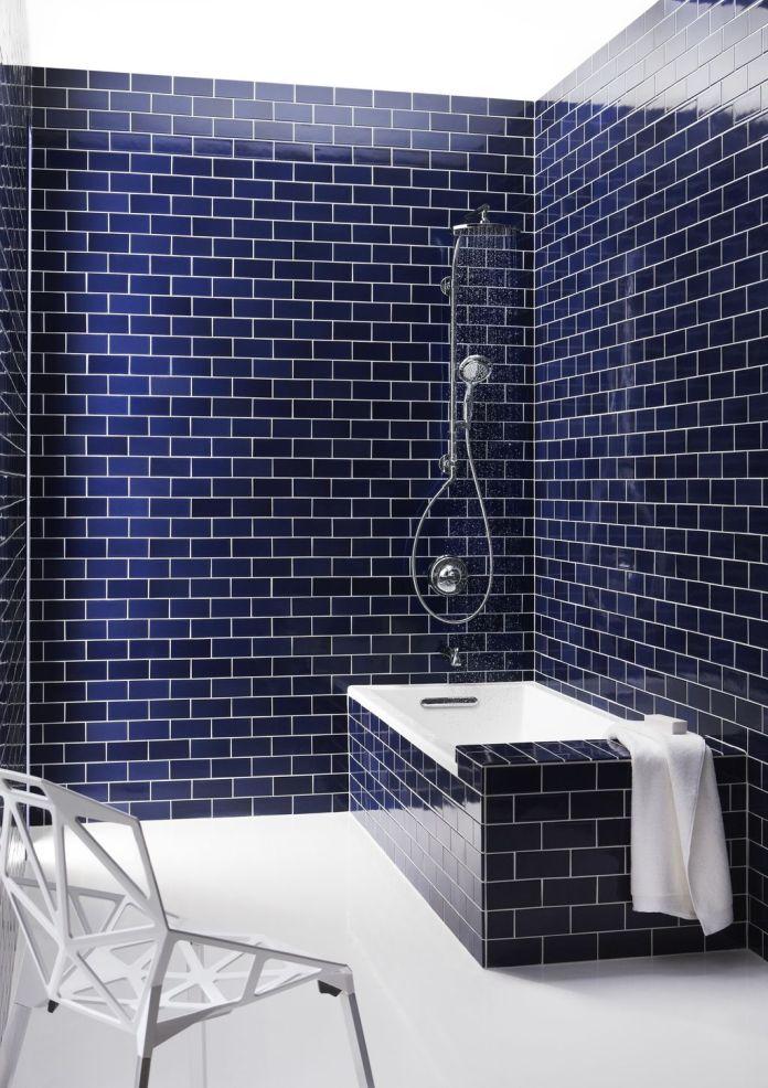 carrelage mur bleu foncé pour une salle de bain avec baignoire
