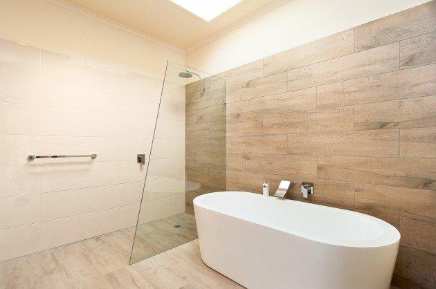salle-de-bain-en-bois-avec-baignoire-en-ceramique