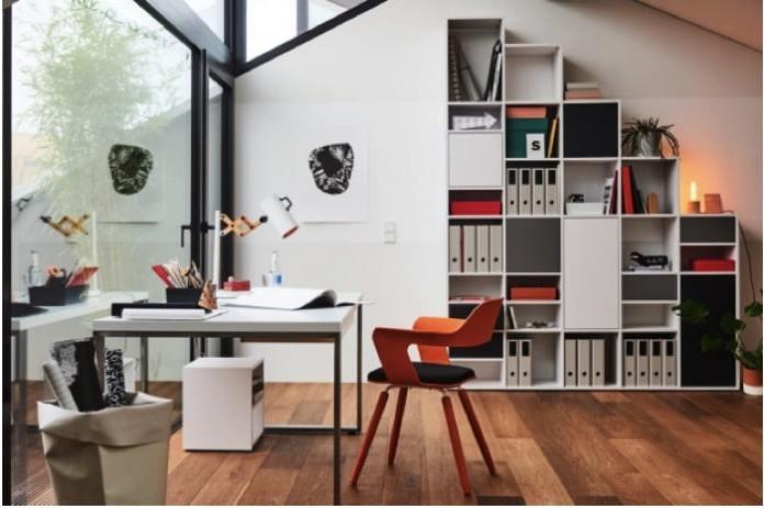 Aménager un bureau de design blanc avec chaise contemporaine orange sur parquet