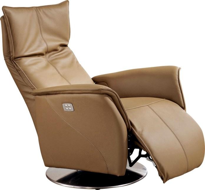 Un fauteuil relax électrique avec télécommande intégrée.