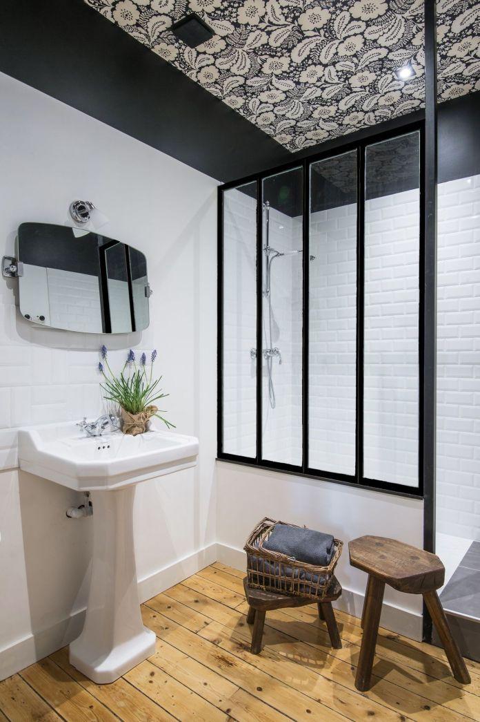 Une salle de bain d'appoint installée dans les combles
