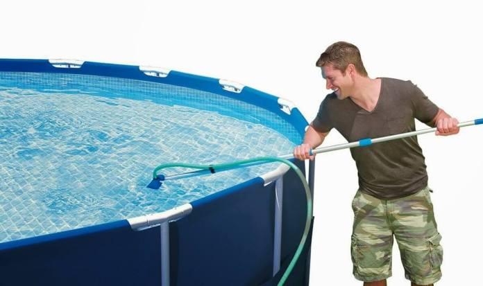 un nettoyage fréquent pour piscine