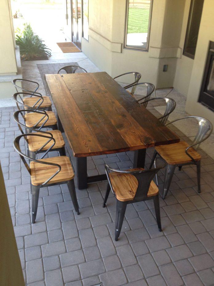 Table de jardin réalisée avec du bois de récupération.