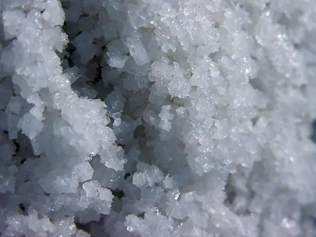 astuce-blanchir-dents-naturellement-gros-sel-marin