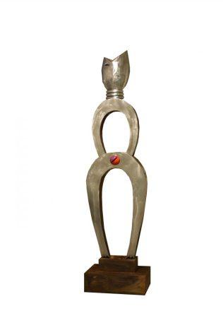 """""""No soy herramienta"""", escultura en fierro reciclado. 180x50x40. 2010"""