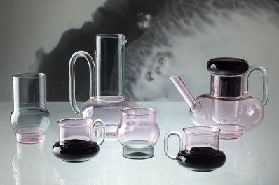 Cada objeto está delicadamente hecho a mano con sutiles niveles de translucidez rosa y gris.