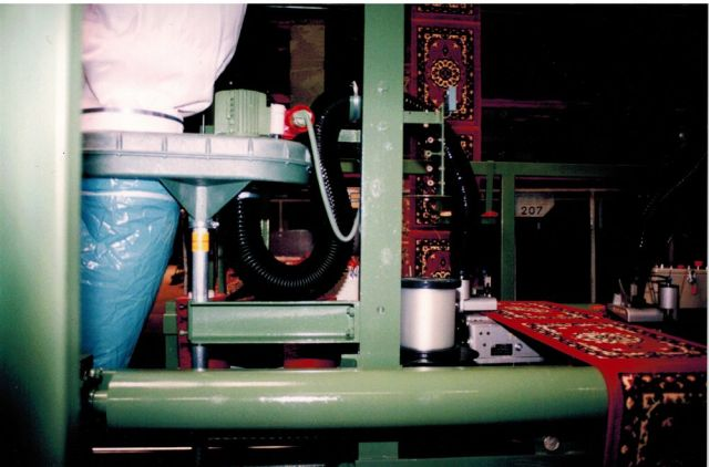 Automatic longitudinal overedging machine for carpets.