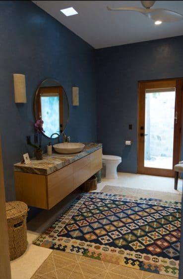 Pürüzsüz renkli duvarlara sahip modern banyo tasarımı