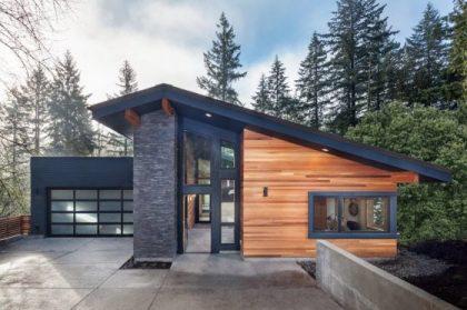 Eğimli çatılı, taş ve ahşap cepheli modern bir ev modeli.