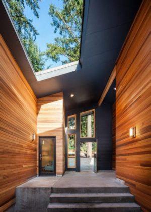 Ana giriş holü, doğal ışık girişi için açık tavanlı