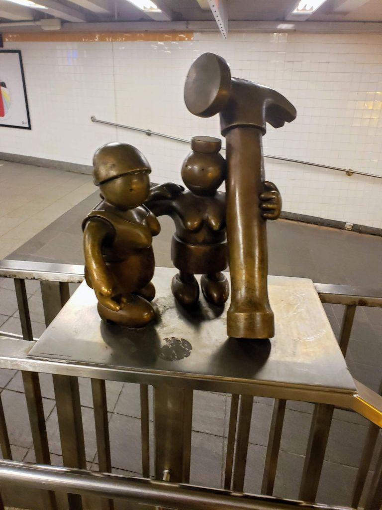 Escultura de Obreros y martillo 14 street Station