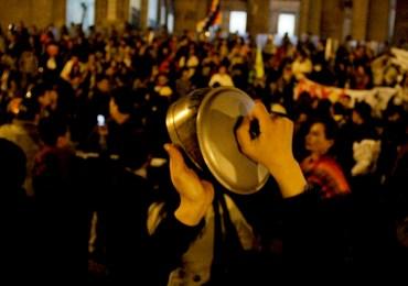 Con 'cacerolazo bailable' ciudadanos se oponen a la venta de la ETB