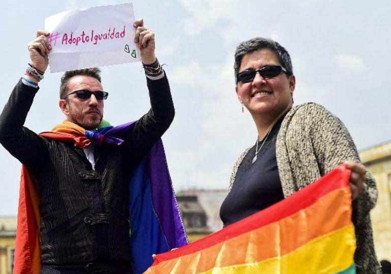 Buscan prohíbir adopción a parejas homosexuales y personas solteras