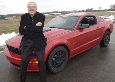 Carrol Shelby ao lado de umas de suas maiores criações , o Modelo GT500