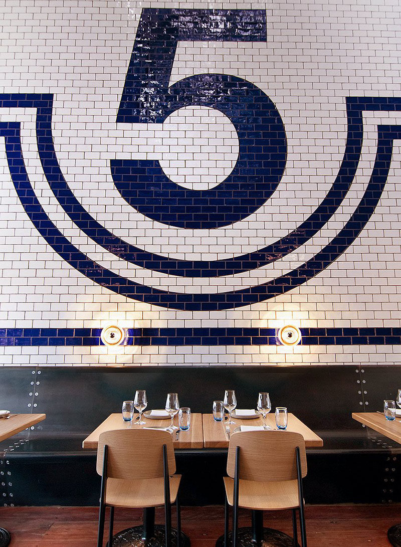 Esta característica de la pared del azulejo azul y blanco es de un restaurante en Melbourne, Australia.