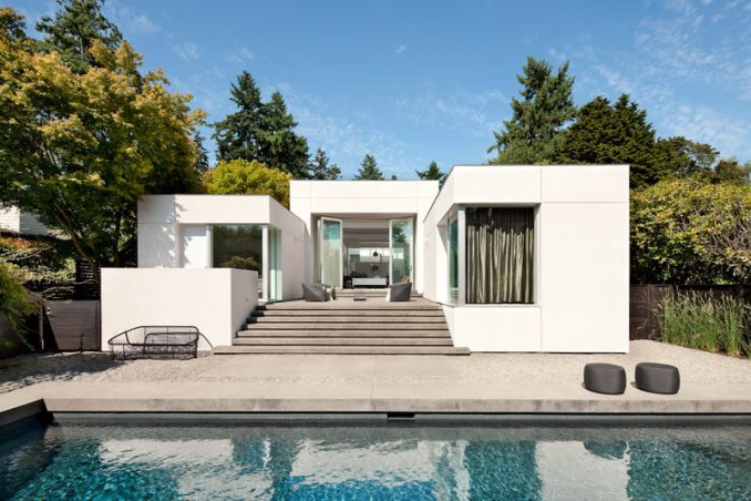 SkB Architects have updated an early 1990s house in Media, Washington, for their clients who wanted a gallery-like interior to highlight the owner's art collection. #Architecture #WhiteFacade #SwimmingPool #ModernHouse