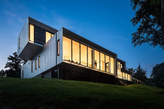 Höweler+Yoon Architecture have designed the Bridge House, a multi-generational family home in McLean, Virginia, that sits between a suburban development and a protected wooded area. #Architecture #ModernHouse