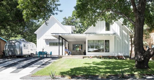 Arbib Hughey Design have completed a new contemporary house in Austin, Texas, that has an open front porch and patio area at the top of the driveway. #HouseDesign #Porch