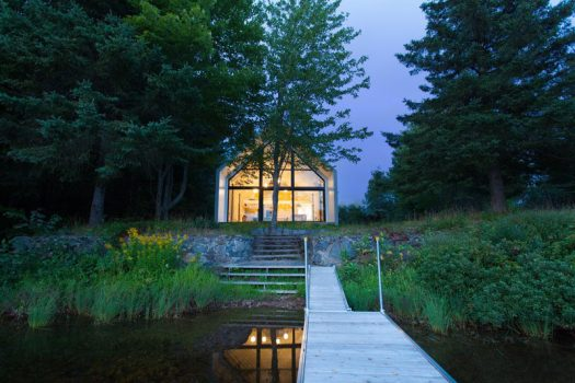 Architecture firm YH2 have designed a new vacation house that sits on the shores of Lac Plaisant in Quebec, Canada. #LakeHouse #ModernHouse #Architecture