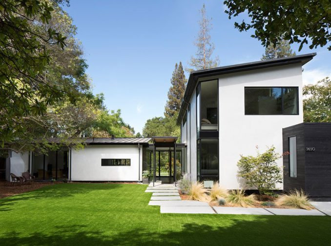 Feldman Architecture have recently completed a new house in Palo Alto, California, for their clients, a pair of Silicon Valley serial entrepreneurs and their three sons. #ModernHouse #HouseDesign #Architecture