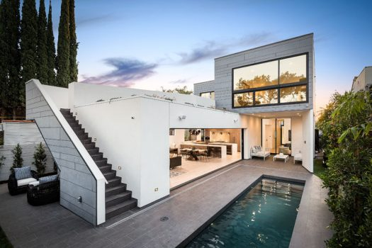 AUX Architecture have recently completed a modern house in West Hollywood, California, that's been designed to foster an indoor / outdoor lifestyle. #ModernHouse #ModernArchitecture #SwimmingPool
