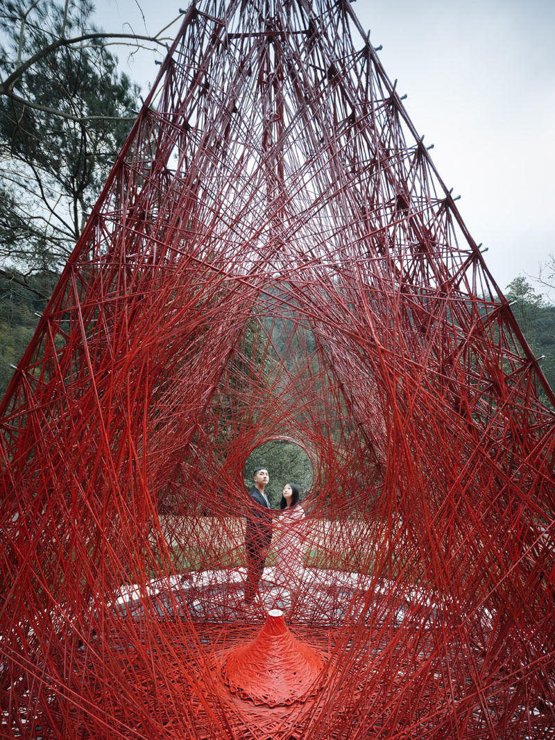 This modern public art installation named 'Shrine of Whatslove', is 13 foot (4m) high and 12 foot (3.8m) wide, with a structure that was woven using 7200 meters of continuous carbon fiber bundles, and took a total of 90 hours to complete. #ModernArt #PublicArt #ArtInstallation