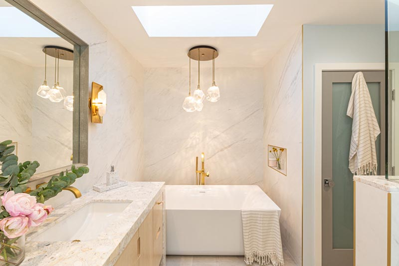 Los Angeles based interior designer Kelly Shepard, has created a modern bathroom that has a calm atmosphere and a few noteworthy design details. #ModernBathroom #BathroomDesign