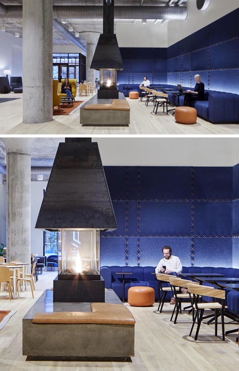 Studio BV heeft onlangs een lounge met open haard in de lobby voltooid met rijke blauwe vilten wandpanelen die aan elkaar zijn gestikt met leren strips, als aanvulling op de op maat ontworpen blauwe bank en lederen accenten. #FeltWallPanels #FeltWallCovering #OfficeDesign #LobbyDesign #WorkplaceDesign #FeltPanels #Fireplace