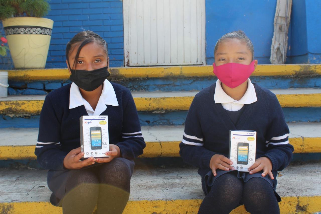 Estudiantes del Noreste reciben tecnología celular para continuar con la educación a distancia