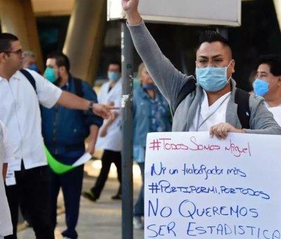 Médicos del sector privado exigen inmunización contra coronavirus con protesta en Palacio Nacional