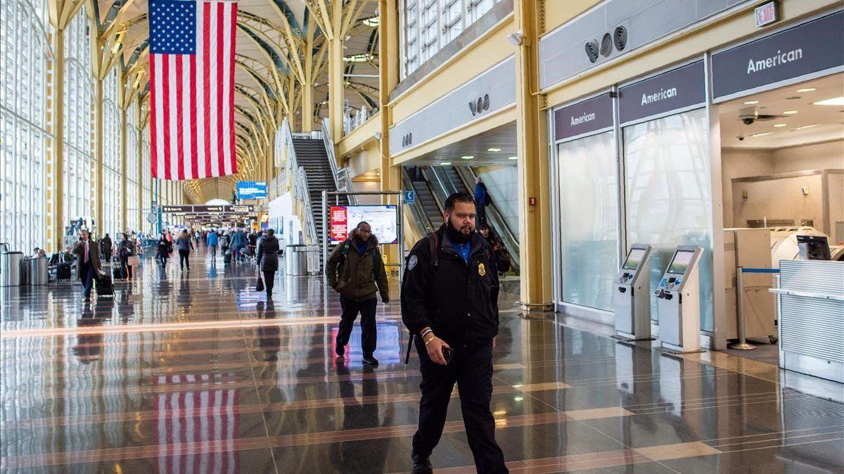 Ante variante Delta Estados Unidos mantendrá restricciones de viaje