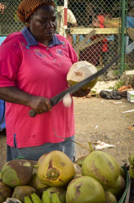 Une dame, une machette et des noix de coco