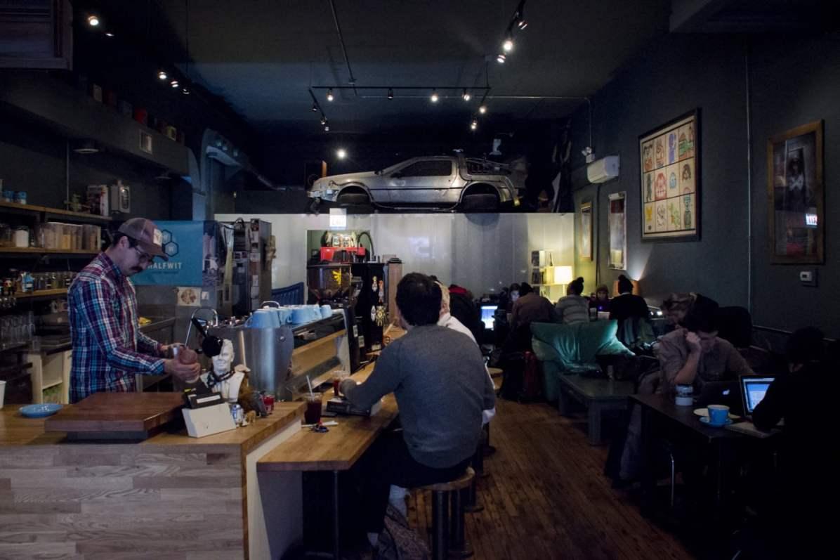 Wormhole Coffee et son Delorean
