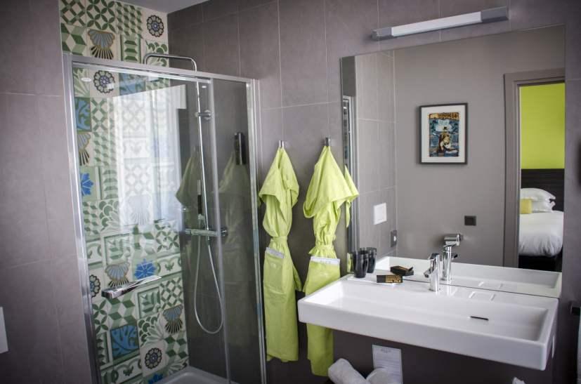 Salle de bains dans une chambre verte