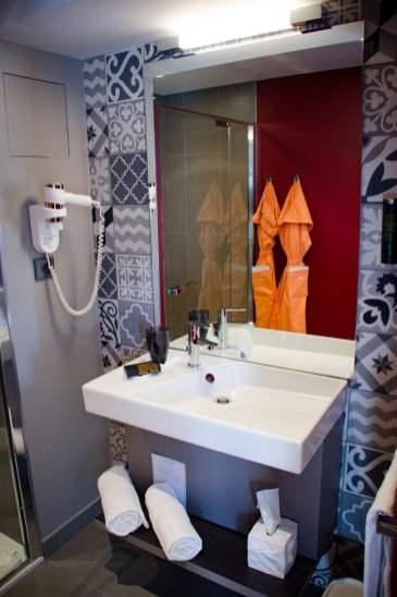 La salle de bains dans une chambre orange