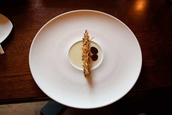 Horváth Restaurant: Champignons, céleri, malt, crème sûre, huile de pavot