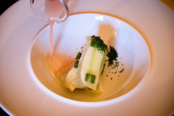 Horváth Restaurant: Concombre salé, lait d'amande, lavande, jus de rhubarbe, aneth