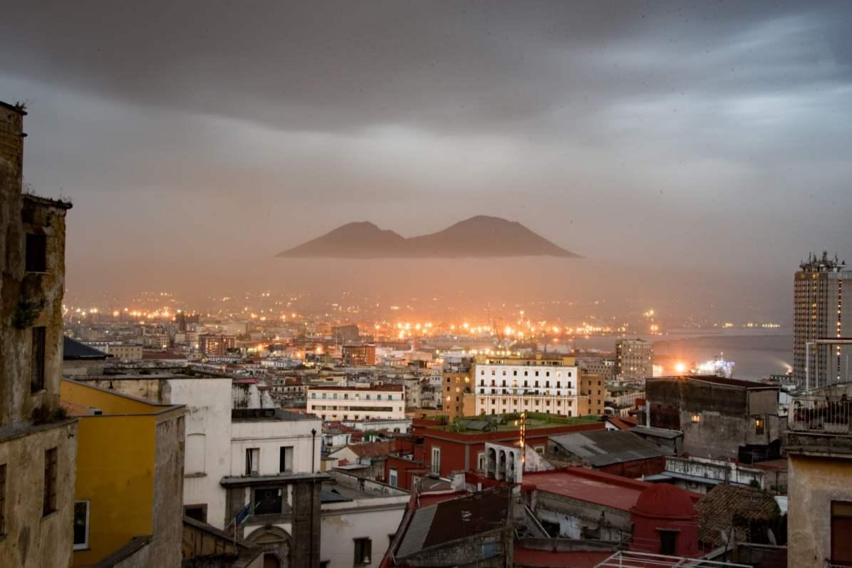 Pays qui profitent le plus du tourisme - Italie. Ici, le Vésuve, vu de Naples. - Photo © Cedric Lizotte