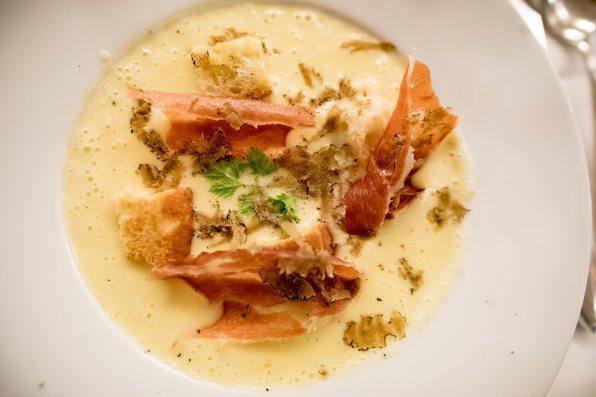 Le Cézanne, restaurant français à Munich: La soupe patate-fromage-truffe-jambon